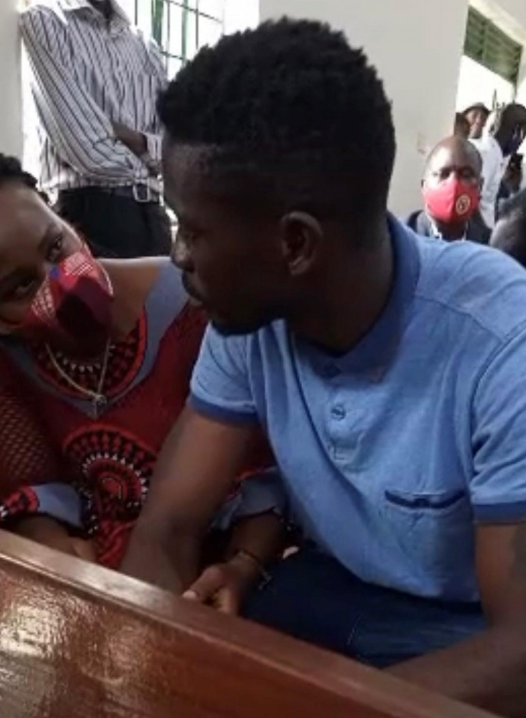 Bobi Wine ne mukyala we Barbie mu kkooti wakati mu laavu